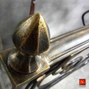 патина золото на верхушке столба