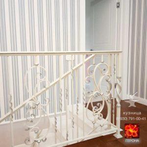 классическая белая кованая лестница