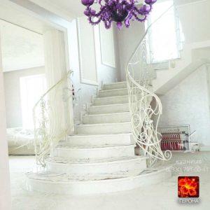 парадная белая кованая лестница в гостиной