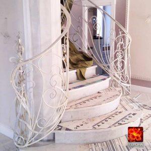 красивые выгнутые приглашения кованой лестницы