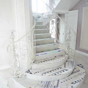 парадная белая кованая лестница в гостиной Суворов