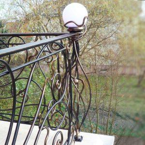 большой кованый балкон с художественными столбами Московская область