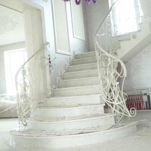 парадная белая кованая лестница в гостиной Тульская область